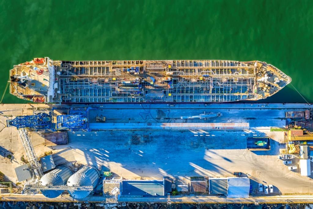 Canal de Suez segue bloqueado; impasse dá novo impulso a contratos de petróleo