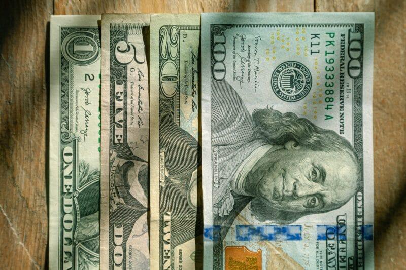 Volatilidade marca comportamento do dólar