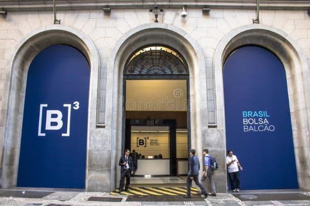 Mercado: Bolsa opera em alta e bate 120 mil pontos; dólar cai