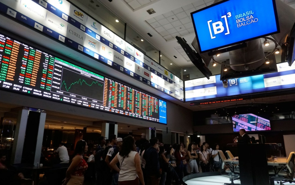 Mercado ao vivo: na esteira do exterior, Bolsa oscila e dólar sobe