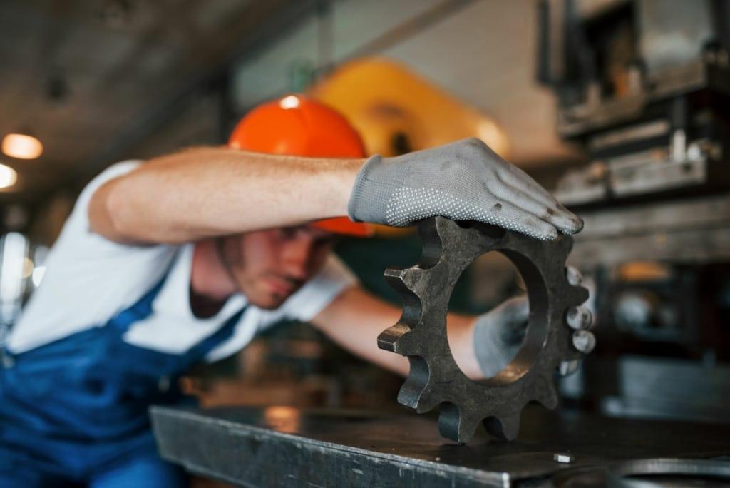 De 15 locais pesquisados, 10 registram queda na produção industrial em fevereiro, diz IBGE