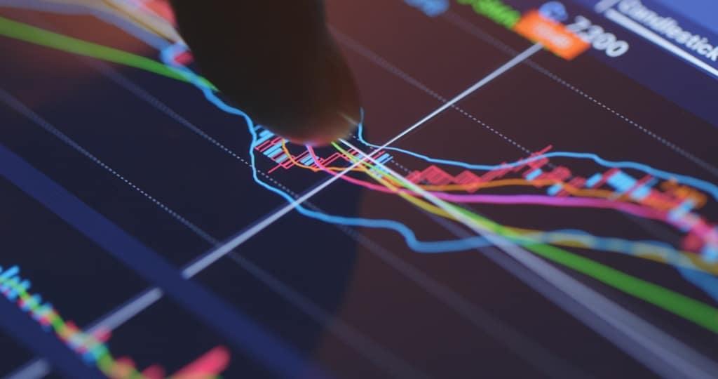 Mercado: Bolsa oscila entre perdas e ganhos; dólar cai