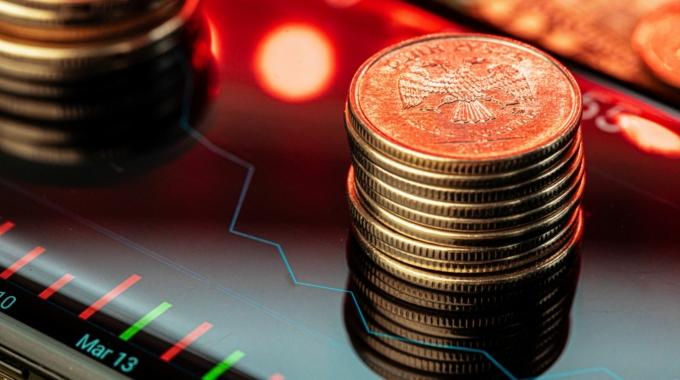 Mercado ao vivo: com inflação doméstica e PIB americano em queda, Bolsa cai e dólar avança mais de 1%